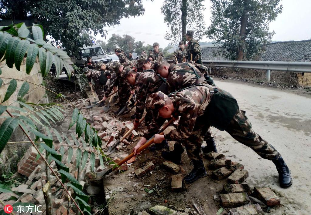 soldiers clear quake debris